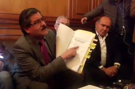 El rector de la UMSA, Waldo Albarracín, muestra documentación para respaldar sus denuncias.