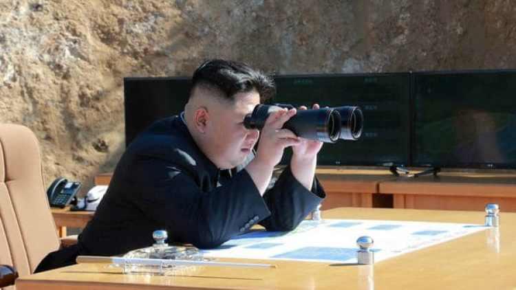 El dictador Kim Jong-un observa la prueba del misil balístico Hwasong-14. (Reuters archivo)