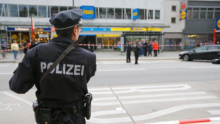 VIDEO: Momento exacto en que transeúntes atacan con sillas al agresor del cuchillo en Hamburgo