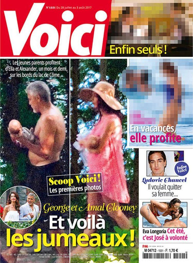 La portada de la revista Voici que enfureció a George Clooney. En la imagen de portada está el actor sosteniendo a uno de sus hijos al igual que lo hace Amal Alamuddin con el otro bebé