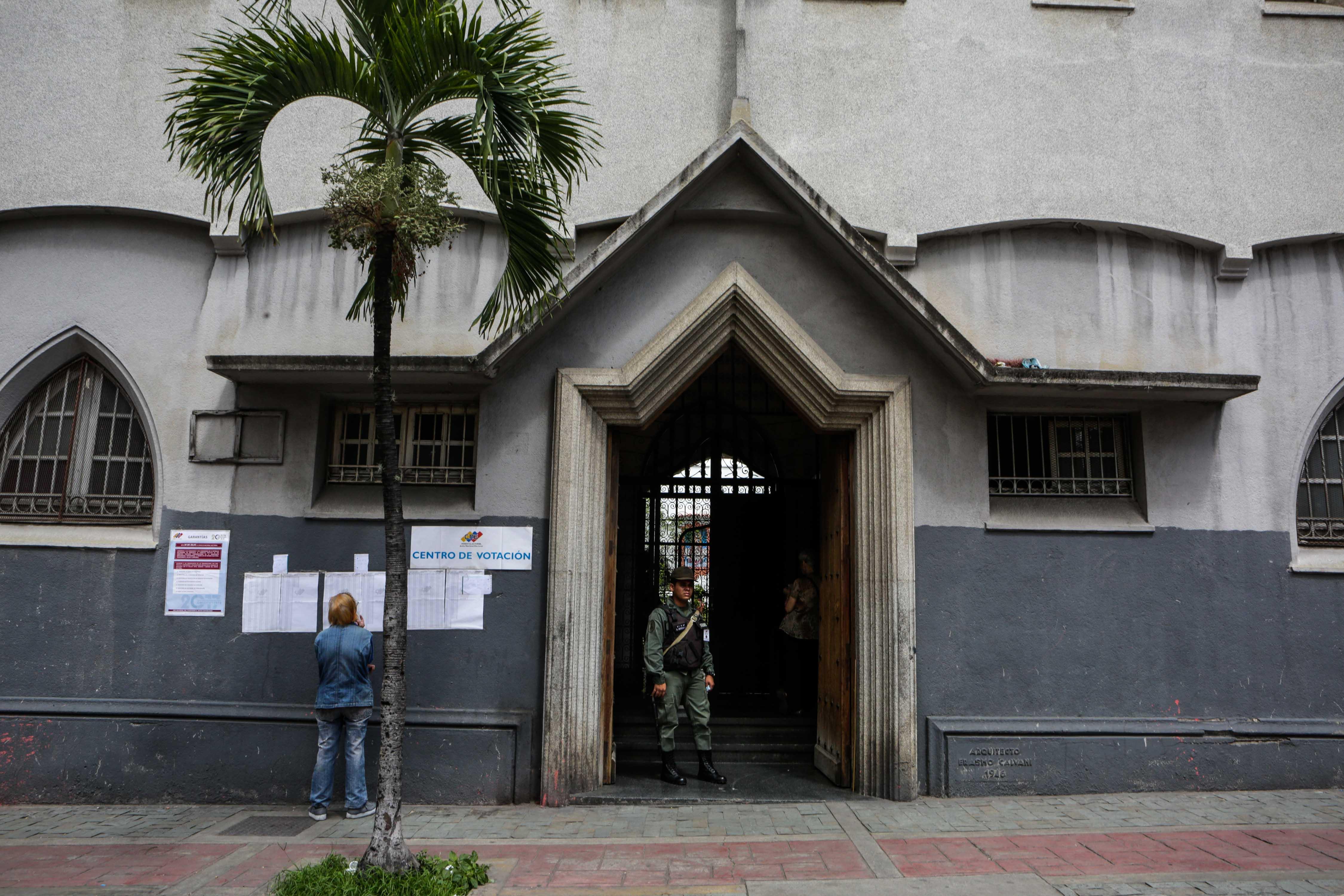 Una votante lee las listas para la Constituyente en Caracas (EFE)