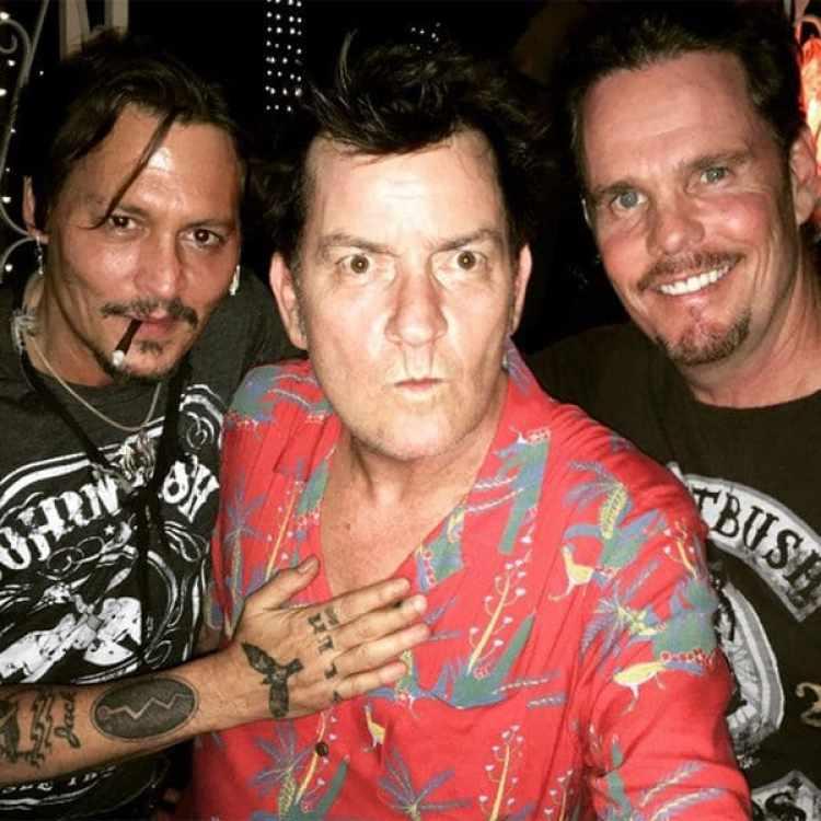 """Johnny Depp, Charlie Sheen y Kevin Dillon en la fiesta de homenaje a """"Pelotón""""."""