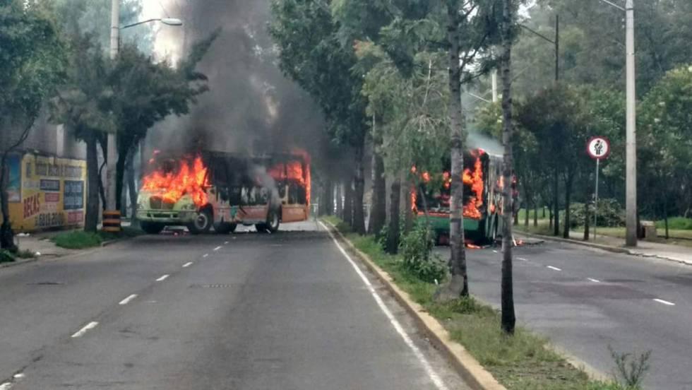 Camiones quemados, bloqueando una avenida en Tláhuac el día del operativo.