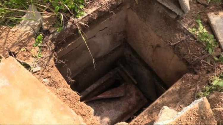 """Los familiares denuncian la profanación de las tumbas por parte de """"paleros"""" que buscan objetos de valor para revender en el mercado negro"""