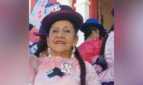 Carmen del Pilar Chacón con el traje de la fraternidad en la que bailaba. Foto: RRSS