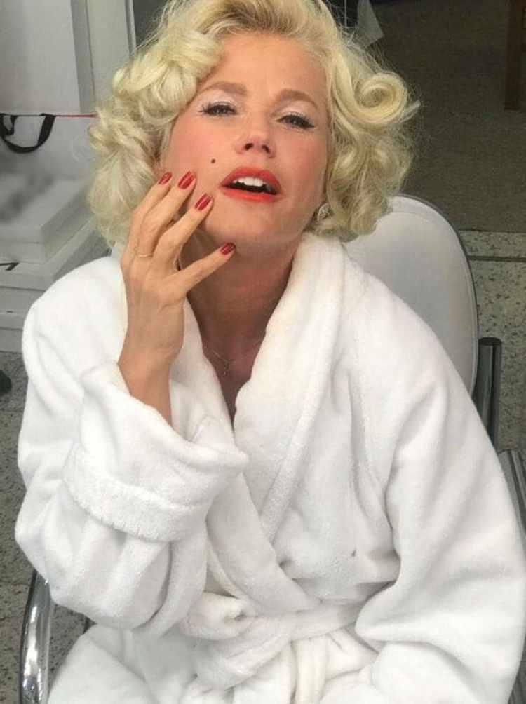La actriz y presentadora lució un parecido enorme con Marilyn, y, claro está, no le faltó su mítico lunar en el rostro