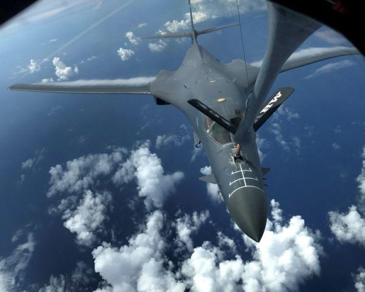 Uno de los bombarderos B-1B durante las operaciones de reabastecimiento en vuelo. (U.S. Air Force/Airman 1st Class Gerald Willis/Handout)