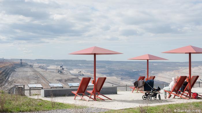 """Los visitantes disfrutan de la vista de la mina de Hambach desde las butacas del """"Forum: Terra Nova""""."""