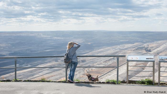 Sabine Seeger-Hoff contempla la mina desde lo alto. Tiene sentimientos encontrados sobre este lugar.