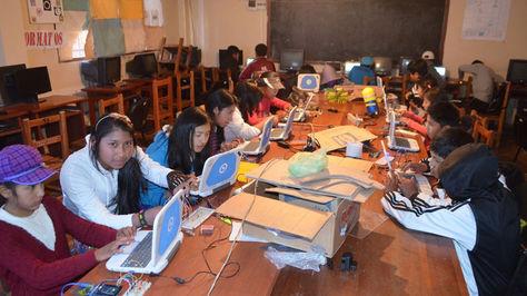 Un grupo de estudiantes con las computadoras Kuaa de la empresa boliviana tecnológica Quipus.
