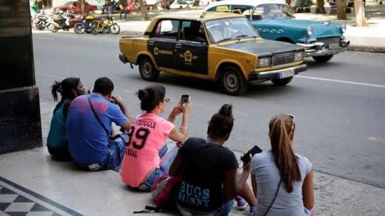 Los cubanos usan internet para comunicarse con sus familiares en el extranjero; como el servicio es caro, no priorizanla información sobre la realidad internacional (Foto de Enrique de la Osa: Reuters)