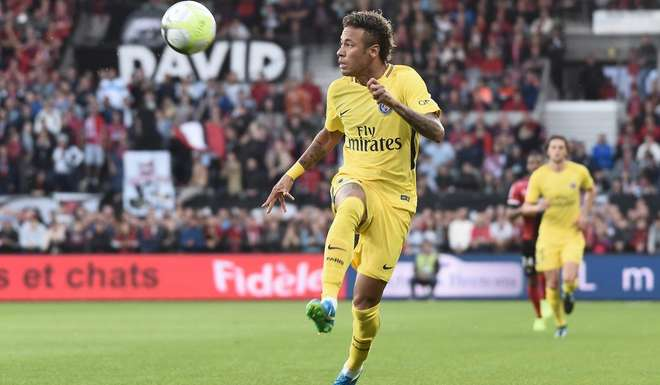 Paris Saint-Germain's Brazilian forward Neymar controls the ball during the French L1 football match Paris Saint-Germain (PSG) vs En Avant Guingamp (EAG) at the Roudourou stadium in Guingamp on August 13, 2017. / AFP PHOTO / JEAN-SEBASTIEN EVRARD
