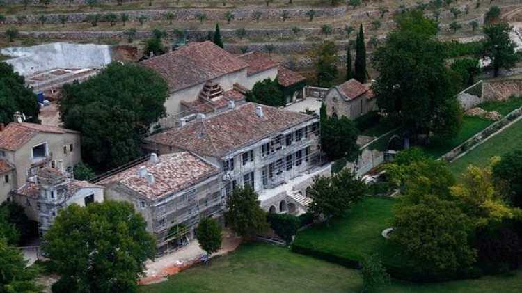 Gran aficionado a la arquitectura, Pitt comenzó a remodelar la mansión poco después de su compra