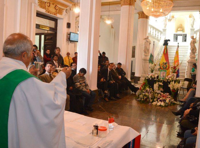 Parlamentarios de oposición recordaron a la exautoridad con una misa simbólica en el hall de la Asamblea Legislativa.