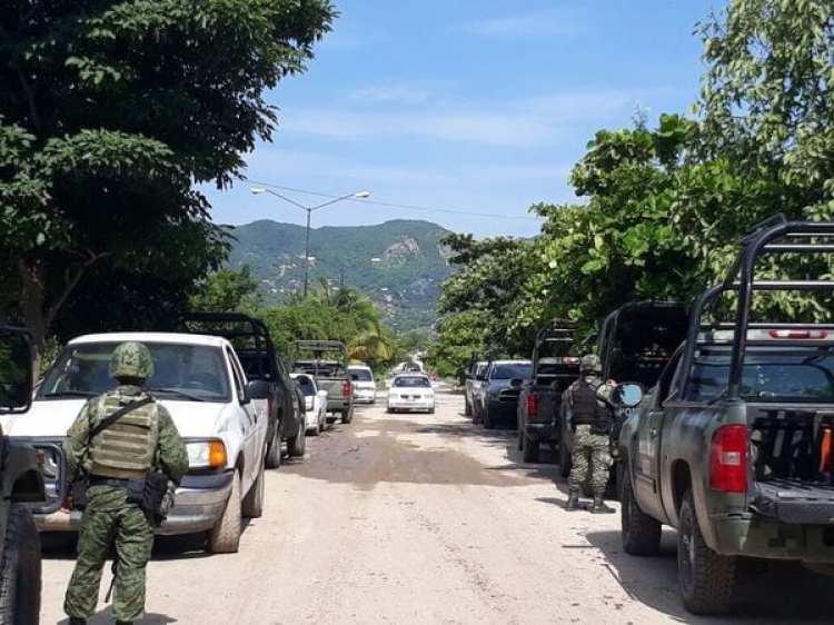 Atrás de un centro comercial en Acapulco aparecieron 11 cuerpos enterrados. (Foto: AFP)