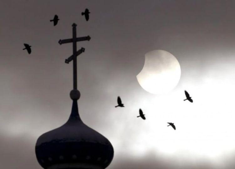 Fotografía de una iglesia ortodoxa durante un eclipse solar parcial en la ciudad de Volozhin, Belarus (Reuters/The Washington Post)