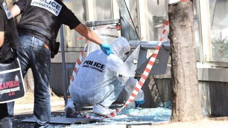 La policía investiga una de las paradas de autobús atacadas (AFP)