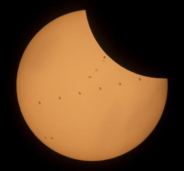 La estación espacial capturada en siete marcos diferentes (AFP)