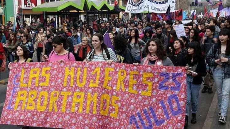 Un grupo de mujeres se movilizó para apoyar el dictamen del Tribunal Constitucional (EFE)