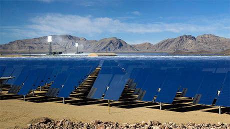 Heliostatos (espejos que rastrean el sol y reflejan su luz sobre un punto central de recepción) se muestran durante un recorrido por el Sistema de Generación Solar de Ivanpah, en el Desierto de Mojave, cerca de la frontera entre California y Nevada. 13 de febrero de 2014