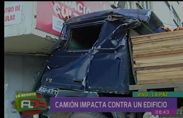 Camión impactó contra un edificio