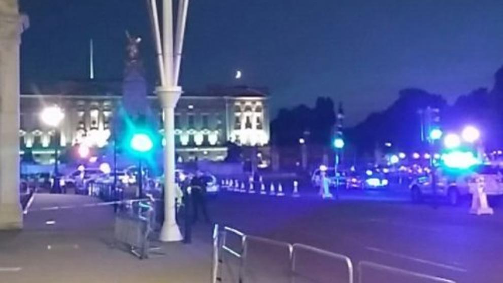 Un hombre ataca con un cuchillo a dos policías en Buckingham Palace