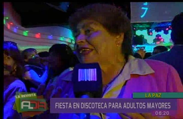 Adultos mayores disfrutan de fiesta en discoteca