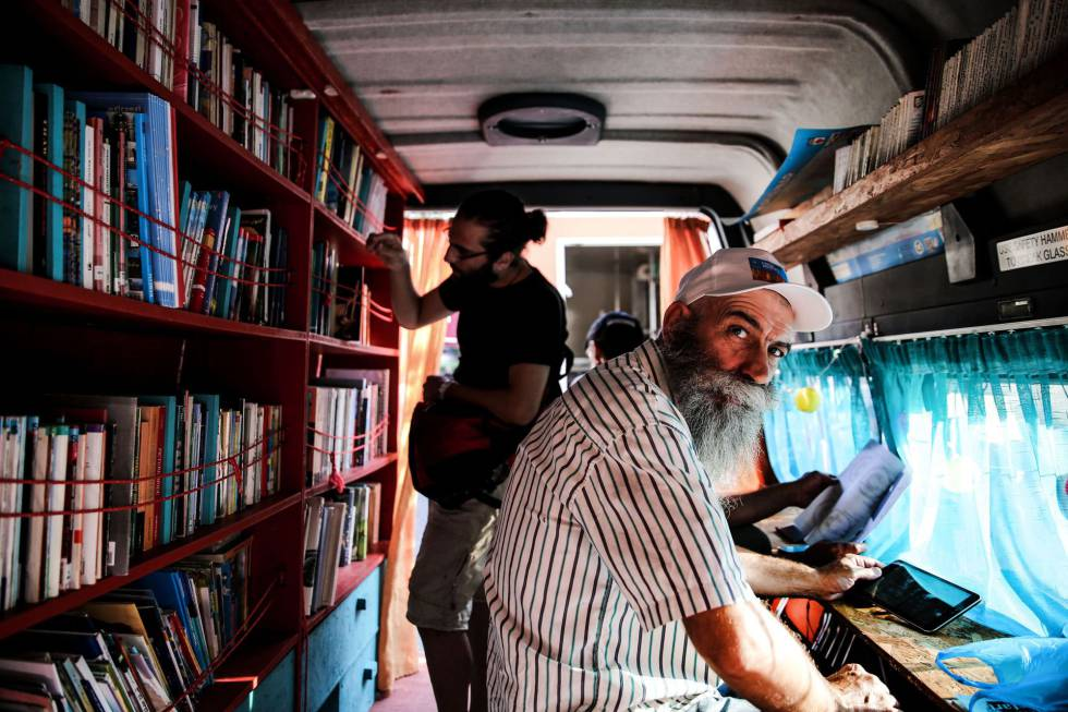 En Atenas se han dispuesto bibliobuses para que puedan leer los miles de refugiados que hay en el país