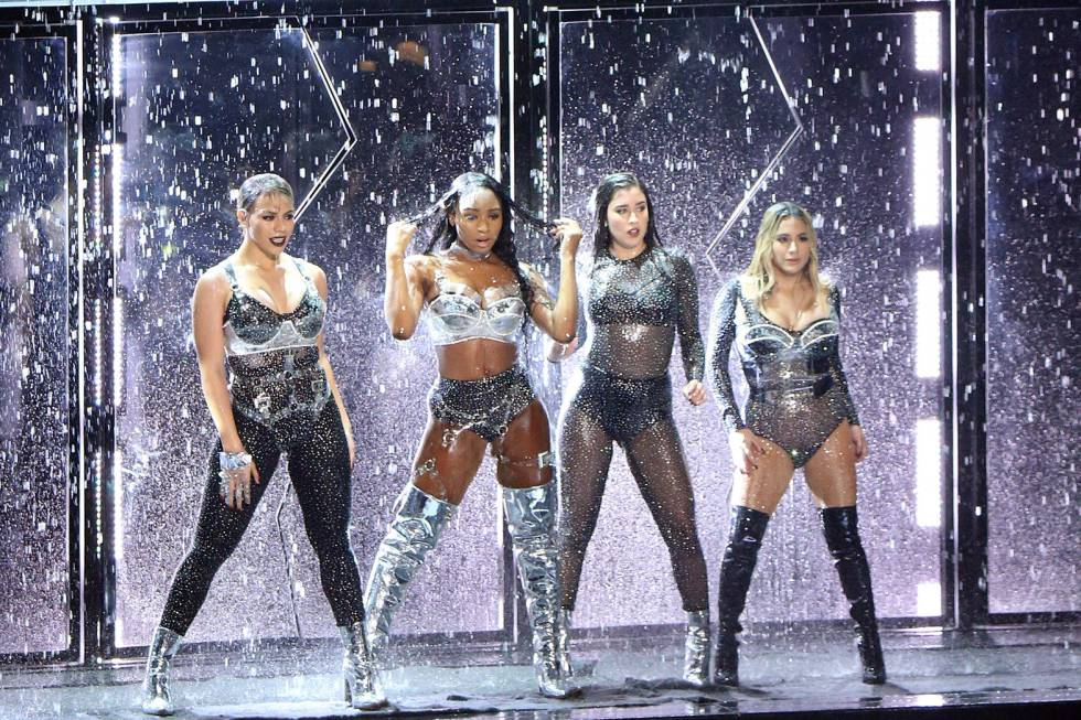 Fifth Harmony durante su actuación en los MTV Video Music Awards.