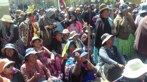 Mujeres de Achacachi instalan una vigilia frente a la cárcel de San Pedro. Foto:José Lavayen