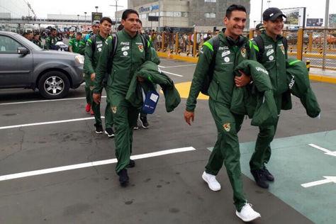 Lima. Valverde, Villarroel, Zenteno y Sagredo, de la selección boliviana, abandonan el aeropuerto para trasladarse a su hotel. Foto: Prensa FBF