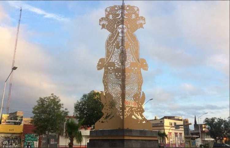 La escultura está ubicada a unos metros del Santuario a la Virgen de Guadalupe en Guadalajara. (Foto: Twitter @Osmar_Lg)