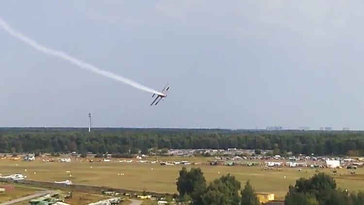 VIDEOS: Dos muertos al estrellarse una avioneta durante un espectáculo aéreo cerca de Moscú