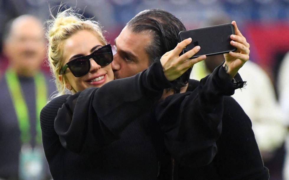 Lady Gaga y Christian Carino antes de la Súper Bowl el pasado febrero.