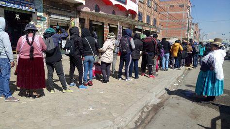 Filas en un centro de empadronamiento de El Alto.