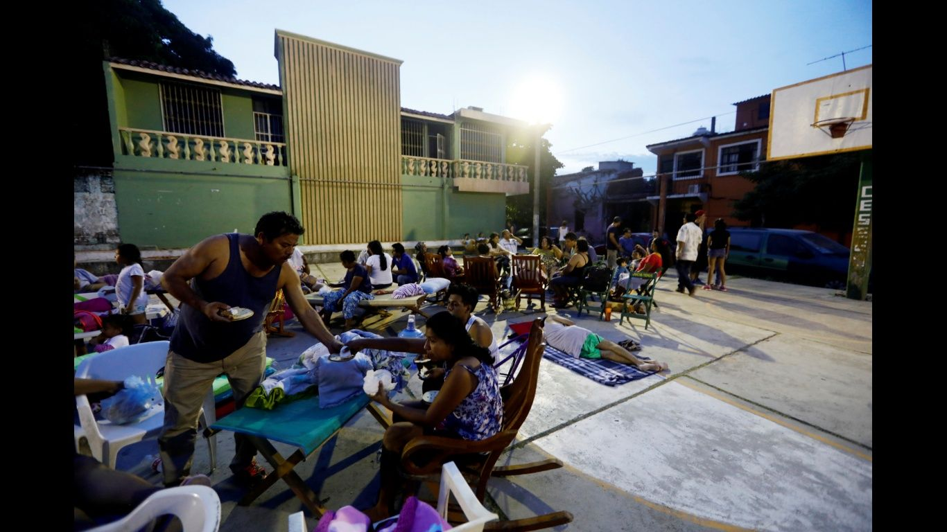 Presidente de Guatemala visita zonas afectadas por sismo