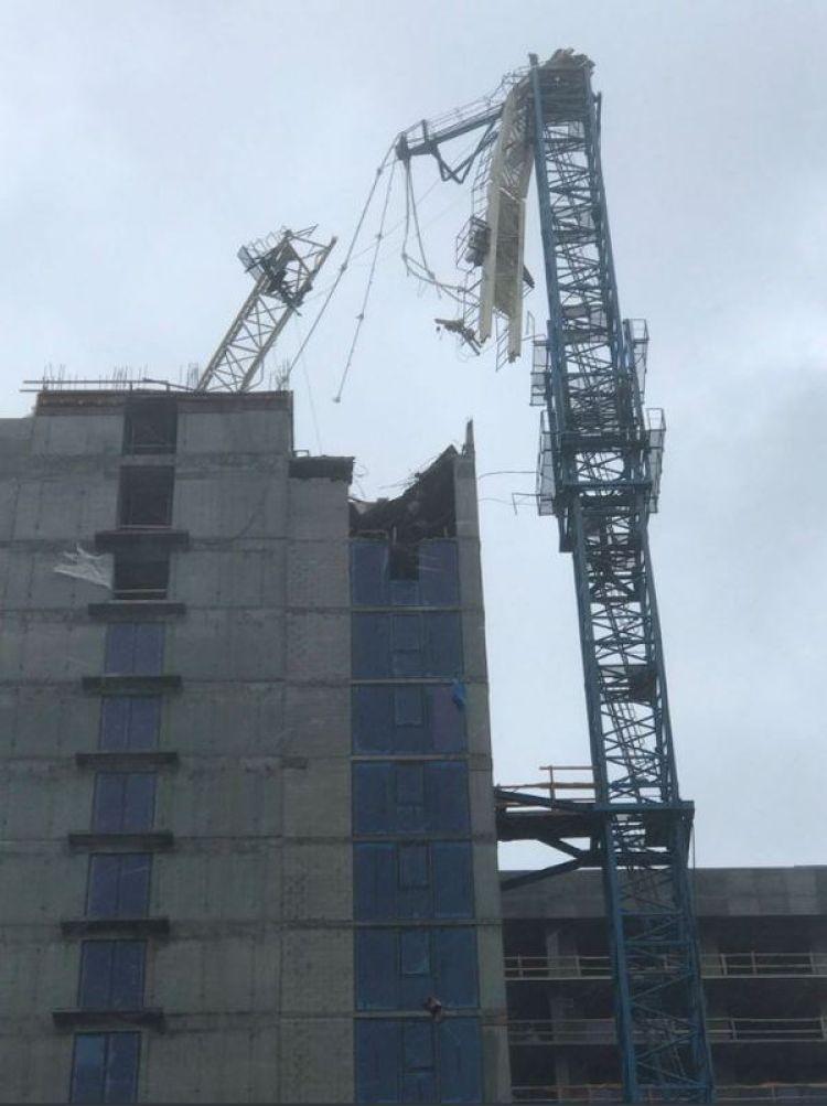 La grúa se desplomó sobre el edificio en construcción (@newsthisecond)