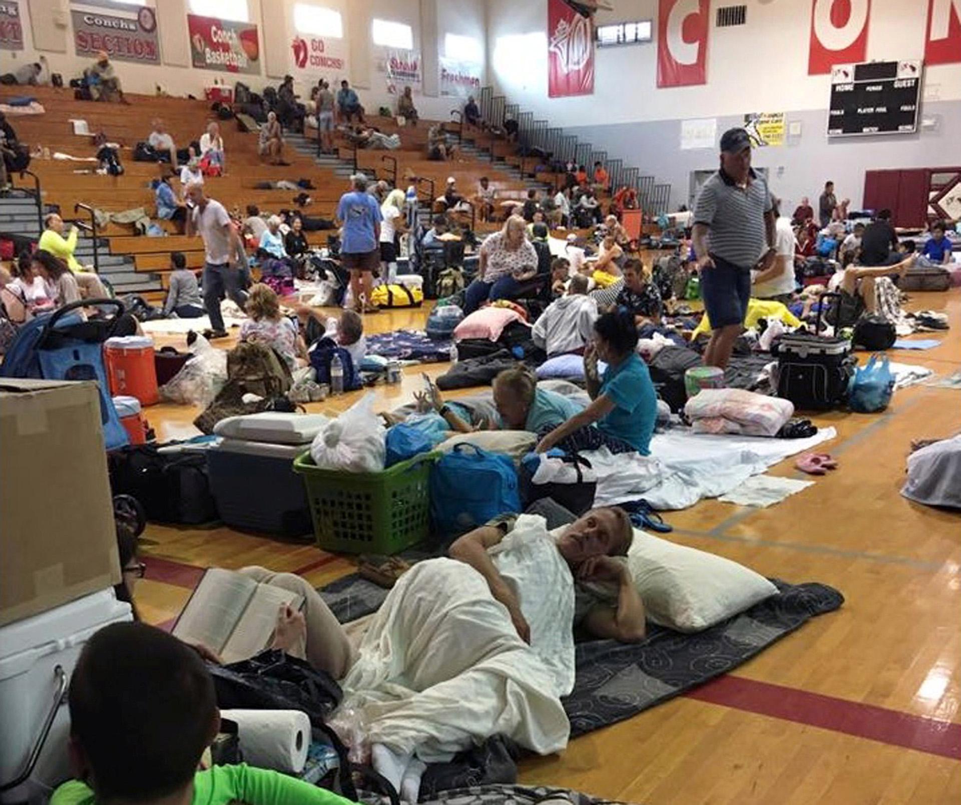 La gente se refugia en la Escuela Secundaria Key West en Key West, Florida, EE. UU. a medida que se acerca el huracán Irma, en este 9 de septiembre de 2017. (Reuters)