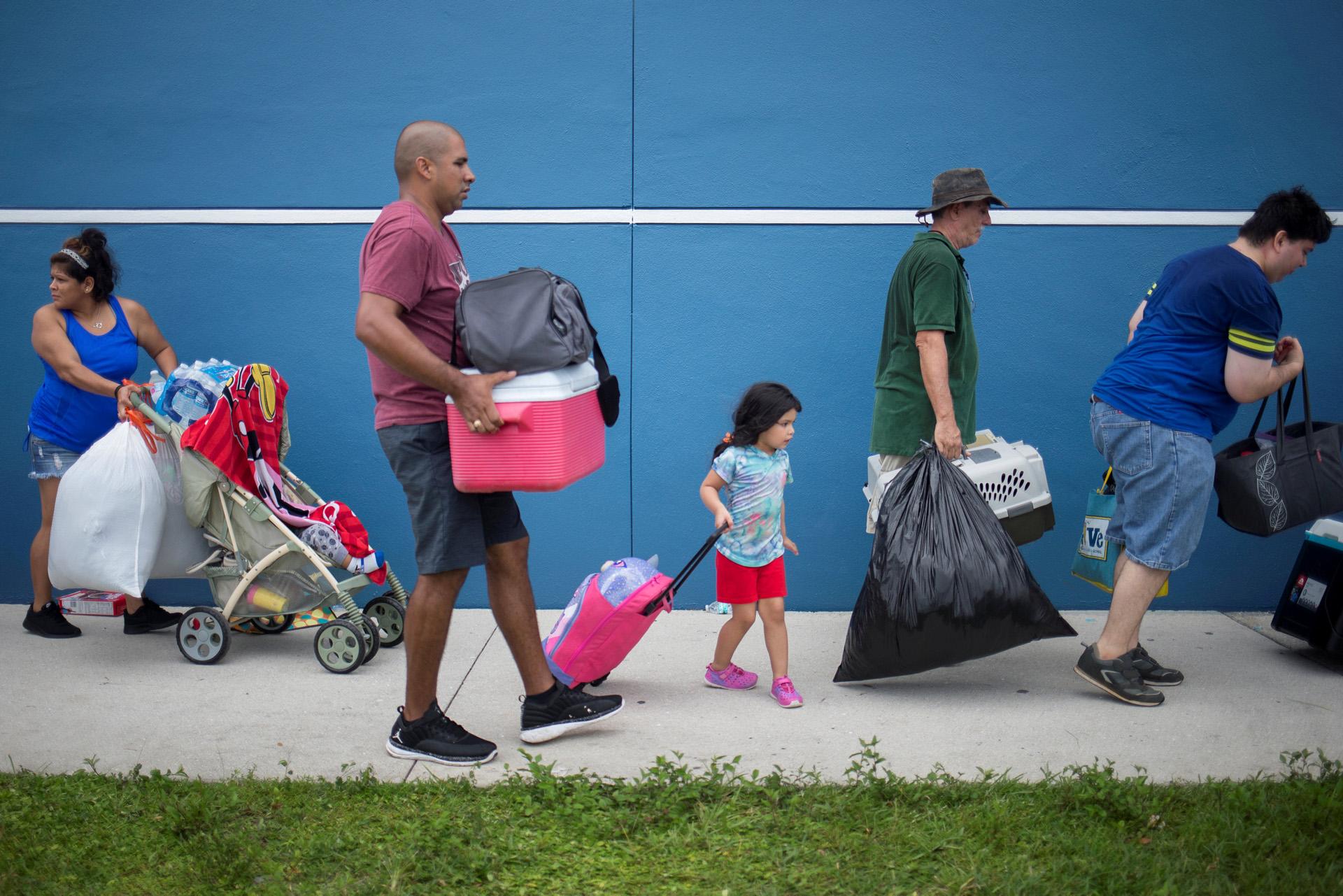 Los residentes llevan sus pertenencias a un refugio antes de la caída del huracán Irma en Estero, Florida. (Reuters)