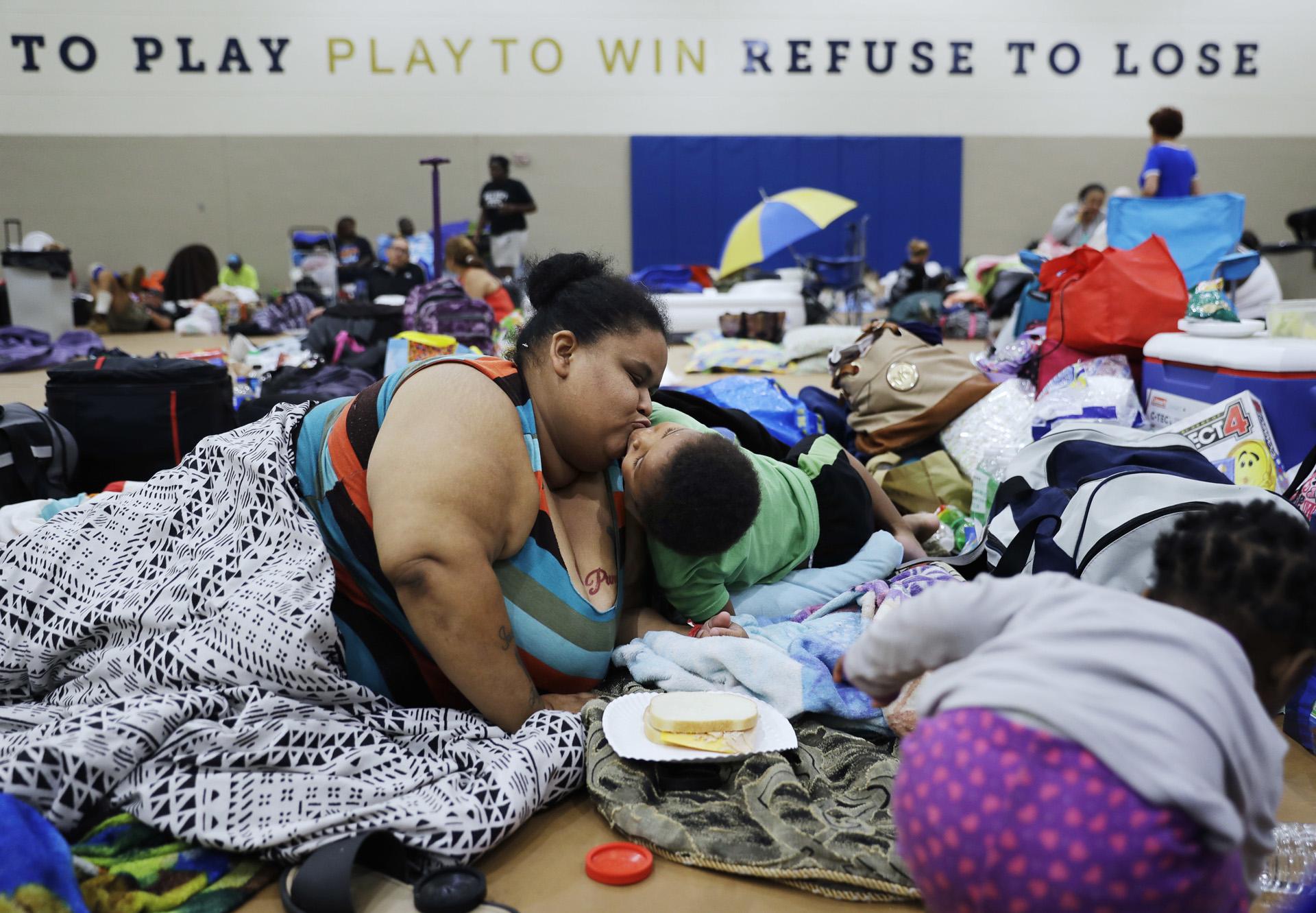 Annette Davis besa a su hijo Darius, de 3 años, mientras se queda en un refugio en Miami después de evacuar de su casa en Florida City, Florida. (AP)