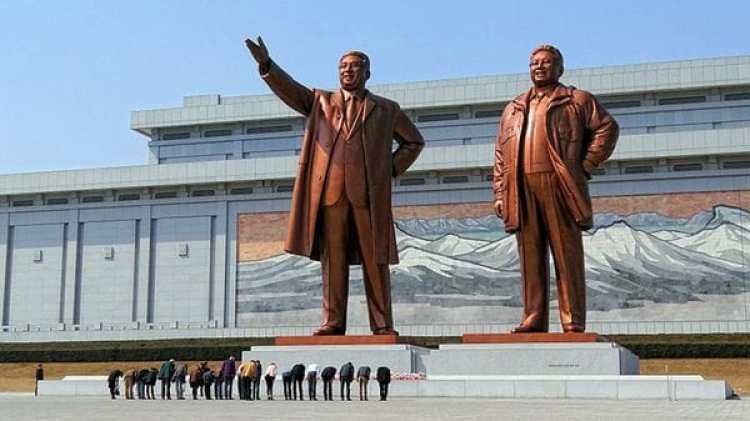 La plaza Kim Il-sung, junto al río Taedong