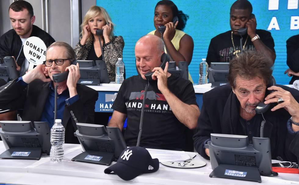 De izquierda a derecha: Steve Buscemi, Bruce Willis y Al Pacino responden llamadas en el maratón por las víctimas de los huracanes.