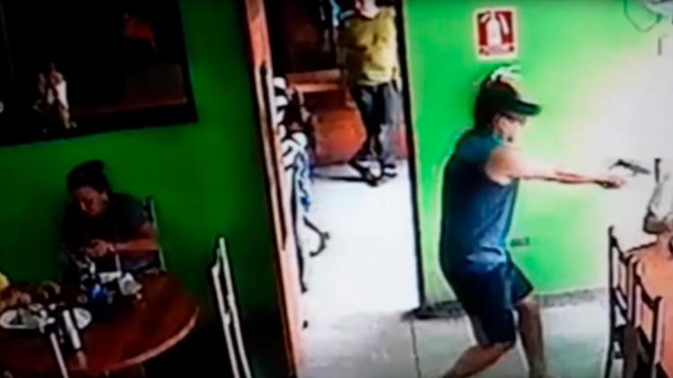 FUERTE VIDEO: Un sicario aparta a una niña de su camino antes de acribillar a su víctima