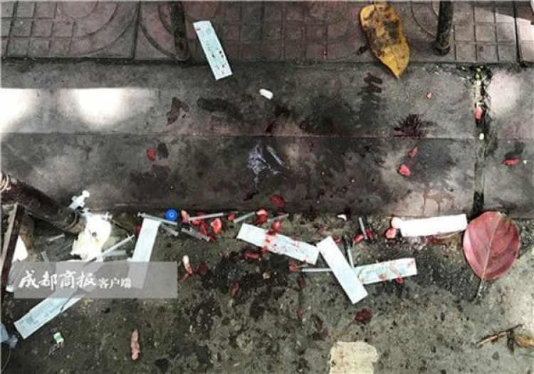 Jeringas y sangre en el suelo tras las operaciones