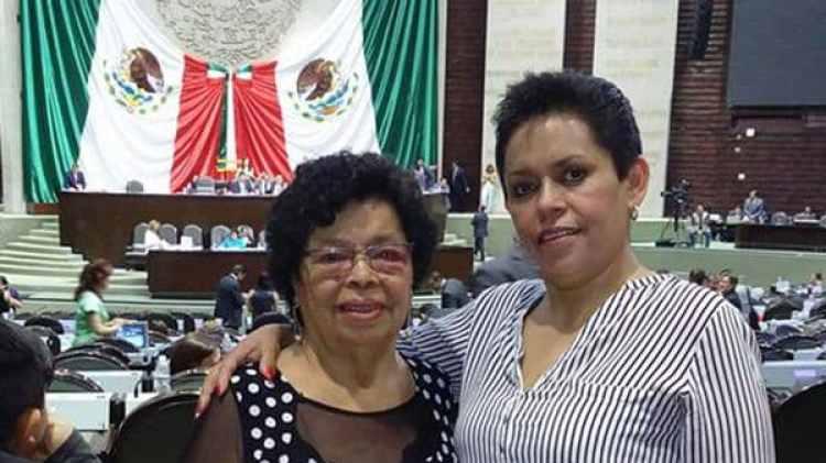 """Alicia González y Flora, su madre. """"En el sismo del 85 envolví a mi hija y corrí a buscar a mi madre""""."""
