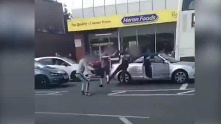 El conductor tumba de una patada a uno de sus adversarios