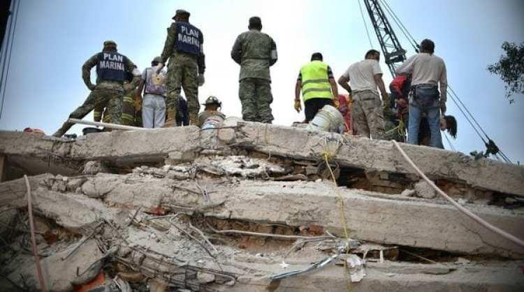 Rescatistas, bomberos, polícias y voluntarios buscan a sobrevivientes en un edificio de la capital (AFP)