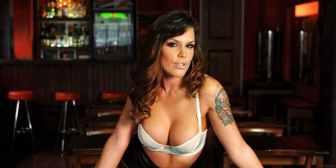 Una conejita de Playboy habló de más y aseguró que Romeo Santos es gay