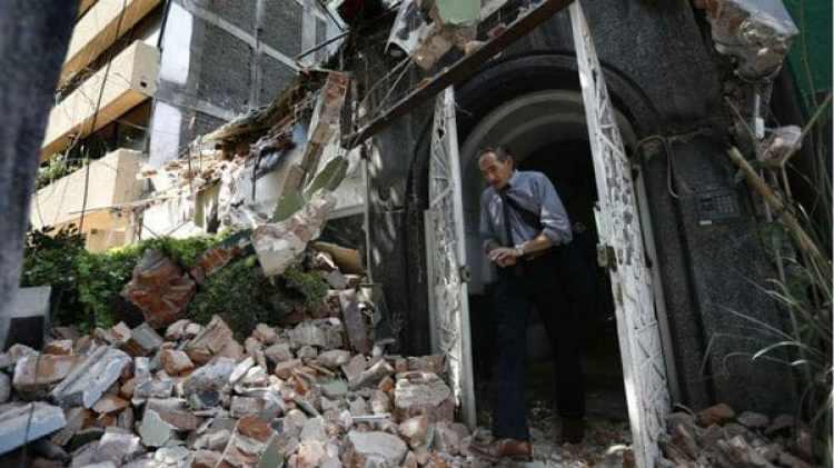 Un hombre sale de un edificio dañado por el terremoto en Ciudad de México (AP)