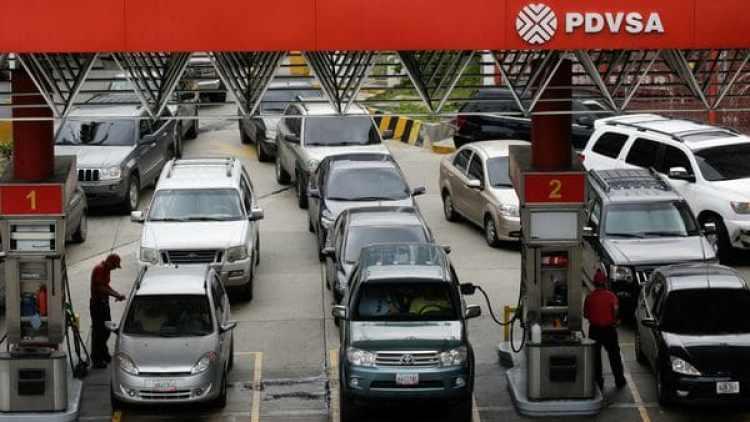 Las filas en muchas partes de Venezuela fueron interminables por la escaeces de combustible. (Reuters)